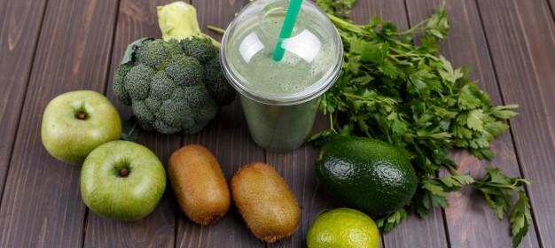 frullati-con-mele-kiwi-calce-broccoli-prezzemolo-e-avocado_1304-3474