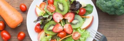 insalata-fresca-con-fragole-kiwi-pomodori-e-mele-vista-dall-39-alto_1428-214