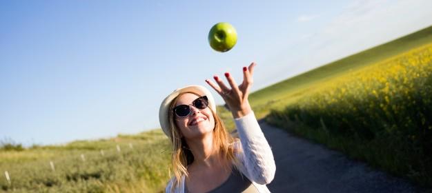 bella-giovane-donna-che-mangia-una-mela-in-un-campo_1301-7388 (1)