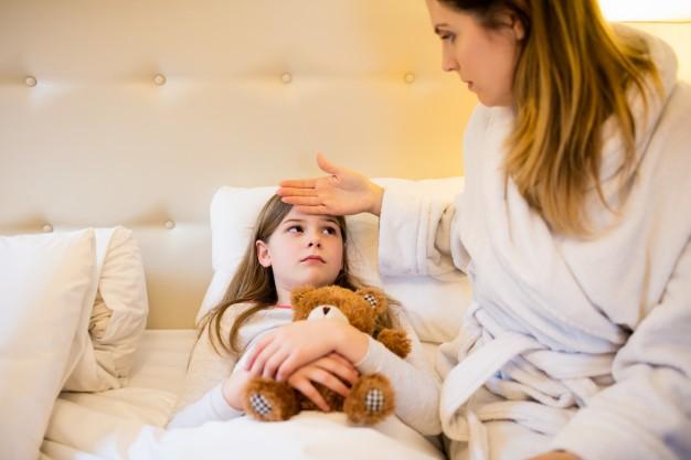 madre-controllando-la-febbre-della-figlia-in-camera-da-letto_1170-2750