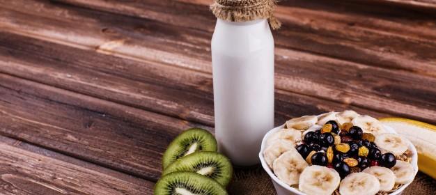 colazione-gustosa-sana-mattina-a-base-di-latte-e-porridge-con-noci-kiwi-e-miele_8353-5466