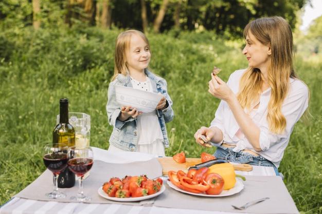 famiglia-che-ha-un-picnic-in-natura_23-2148199373