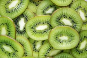 chiuda-in-su-delle-fette-verdi-della-frutta-di-kiwi_53876-33622